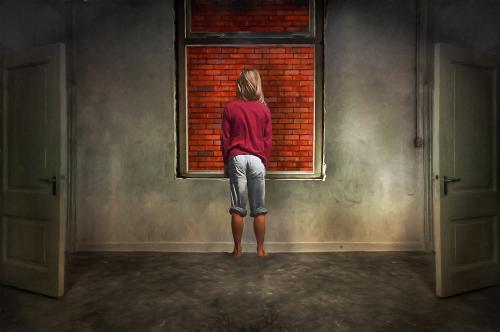 def binnen met muur achter raam met annemae-Edit_pe